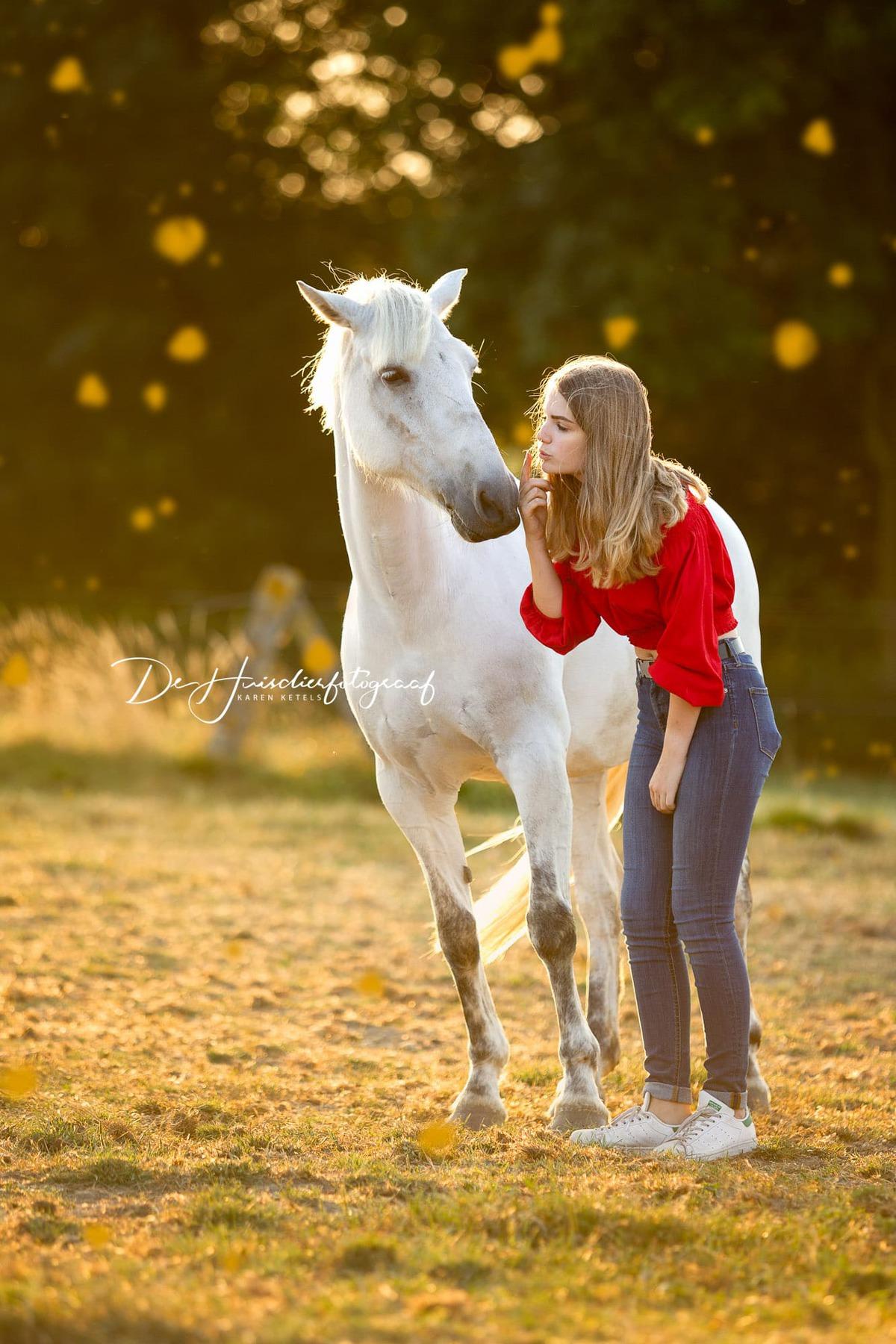 Zomers portret van een meisje met haar witte paard door De Huisdierfotograaf
