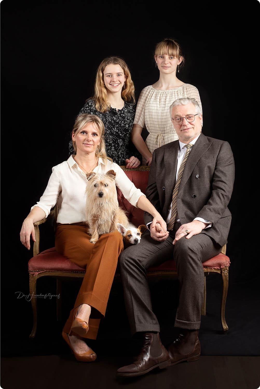 Studioportret van een gezin met 2 honden door De Huisdierfotograaf